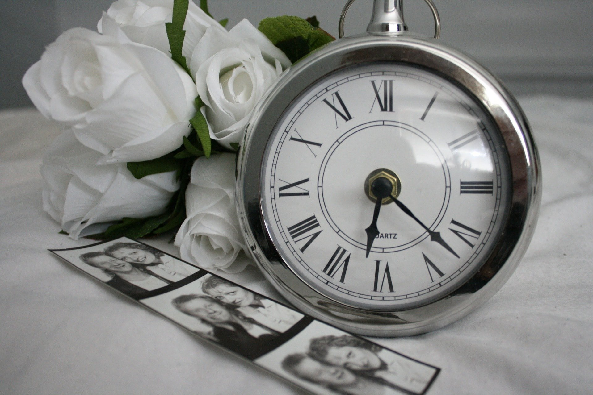 black-white-graphic-flowers-clock